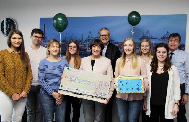 Spendenübergabe der Azubis des zweiten Lehrjahres der Knappschaft-Bahn-See in Hamburg